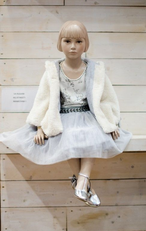 Ținută de prințesă pentru micile fashioniste: rochița gri cu tulle și haina de blană