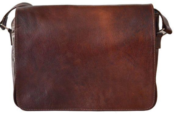 Deze prachtige tas wordt aangeboden in donker bruin. De zak was handgemaakt, gemaakt van zacht natuurlijk leder en alleen behandeld met natuurlijke producten. (geen chemicaliën!) Kenmerken: Een grote innerlijke compartiment dat is bekleed met hoge kwaliteit stof. Er is een grote rits op de rug. De schouderband/bevestigbare riemen (ongeveer 3.7 cm breed) is verstelbaar met de gesp van een riem, leer en meerdere malen. De tas biedt opslag mogelijkheden voor kleinere laptops of tabletten, DIN…