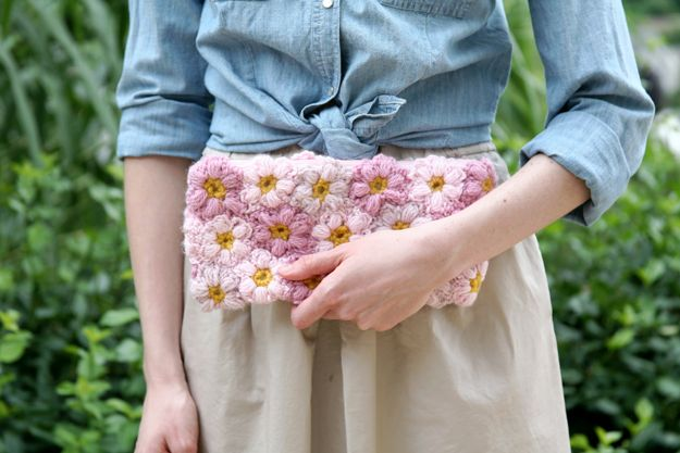 Remember all those pretty Mollie Flowers I was crocheting  a while back? Well, this adorable little clutch is what I made with them! I ...