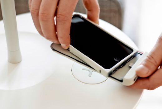 Molti smartphone supportano la ricarica wireless. Alltri cellulari, invece, hanno bisogno di una speciale cover che li abiliti alla ricarica wireless. Come la nostra cover VITAHULT.