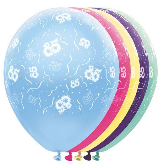 Helium leeftijd ballonnen 85 jaar. Deze gekleurde ballonnen versierd met het cijfer 85 zijn te vullen met helium en lucht. De helium ballonnen in de kleuren paars, groen, roze, geel en blauw hebben een omvang van ongeveer 30 cm en zijn verpakt per 5 stuks. Materiaal: latex.