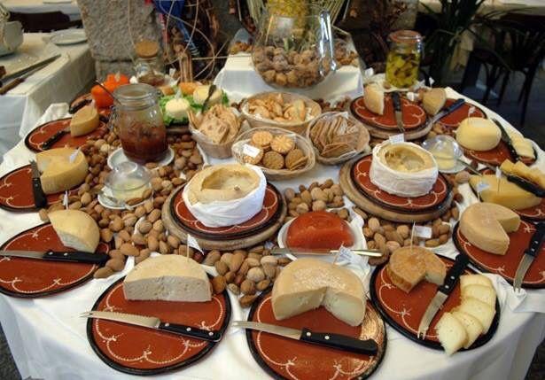 Mesa de Queijos Serra da Estrela #fromage #cheese #queijo #portugal #serradaestrela