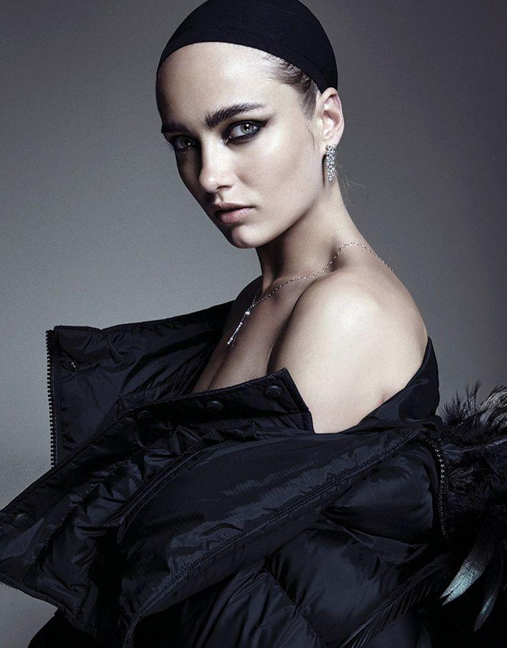 Beleza Acessrios e Peças compem a Ousada Histria Estrelada por Karmen Pedaru  Fragmentos de Moda