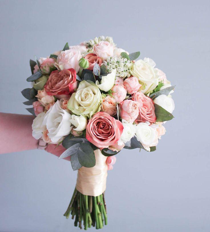 Многие невесты просят, чтобы мы ставили в их свадебные букеты только свежие цветы. Мы всегда только так и делаем,все потому что букету необходимо прожить целый день без воды, и быть фотогеничным 😉🙃😌😘