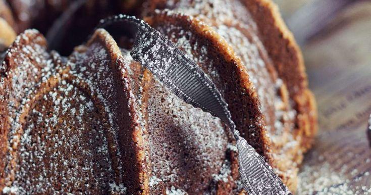 Gluteeniton taatelikakku on mehevämpi kuin perinteinen! Koukuttavan hyvän taatelikakun saat omenamehun, muscovadosokerin ja mantelijauhojen avulla.