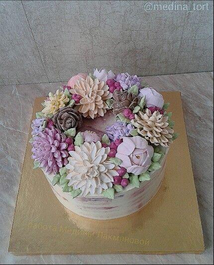 Кремовый торт; в инстаграмме - @medina_tort