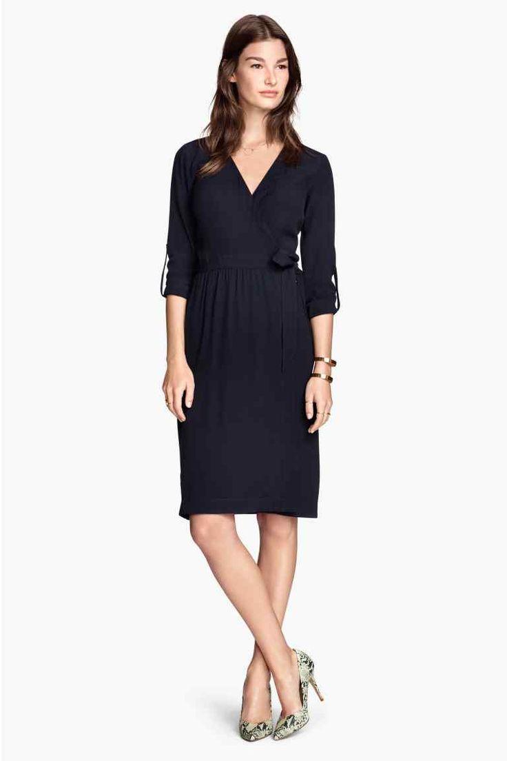 Zavinovacie šaty: Zavinovacie šaty ztkanej látky so zaväzovaním na boku asdlhými rukávmi spútkom agombíkom. Nepodšité.