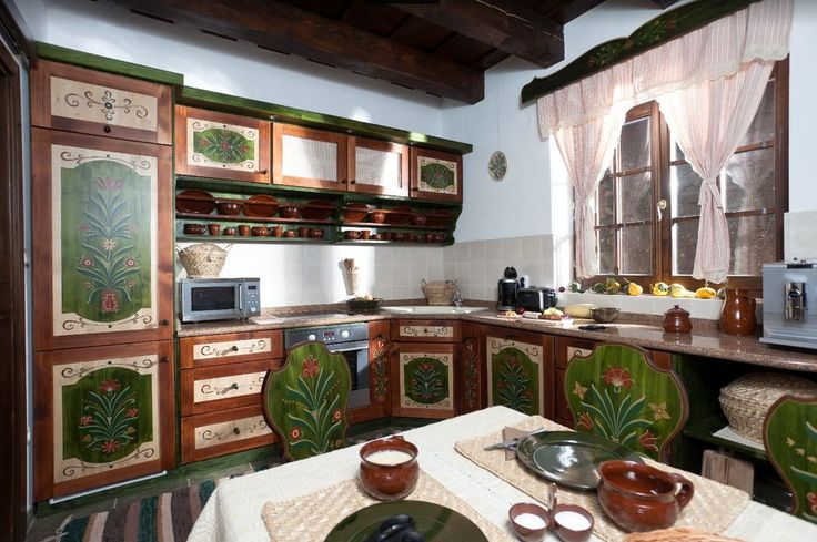 Székely ház konyhája festett bútorokkal