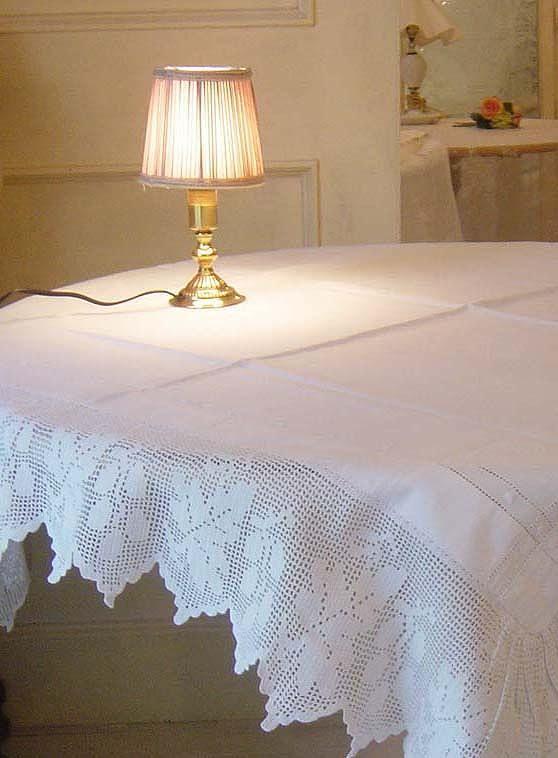1900年代前期にイギリスの家庭で愛されたハンドメイドの美しいクロッシェレース&リネンの伝統的なテーブルクロスです。