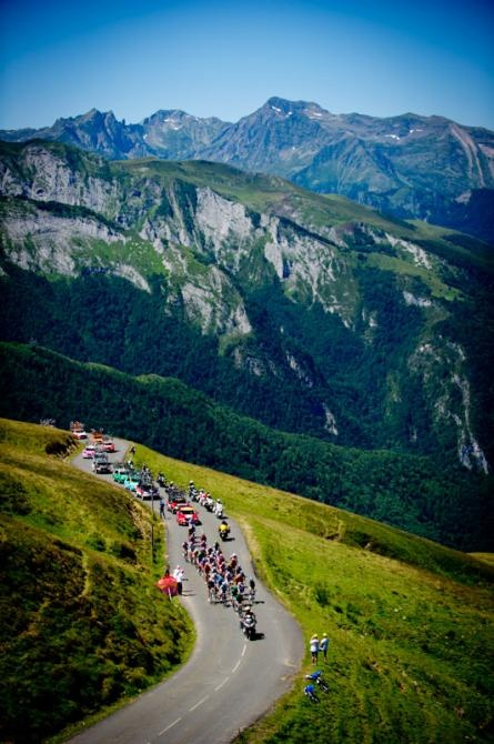 At stage16 in Tour de France 2012, a front group rides toward Col du Tourmalet.
