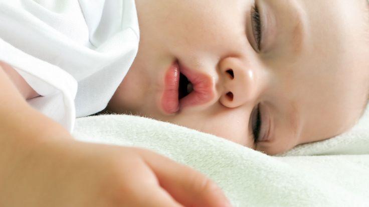 – Å legge barna for tidlig, kan gi dem vedvarende søvnproblemer, sier søvnekspert. Sjekk når barnet ditt bør legge seg.