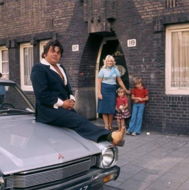 Amsterdam, jaren '70 André Hazes in pak op zijn auto ...