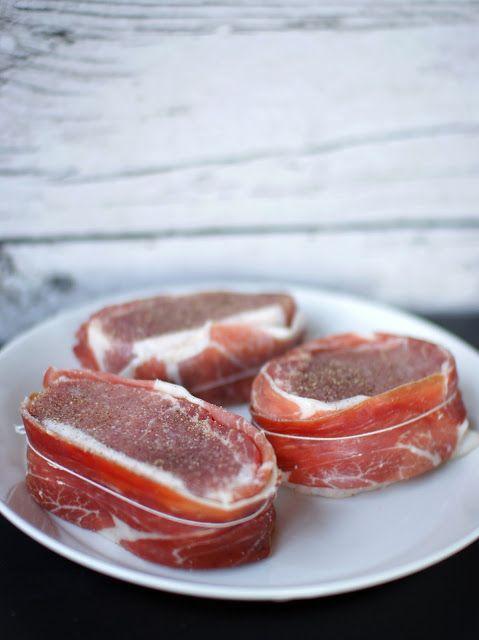 Iberico-porsaan ulkofilee espanjalaisittain, batatas bravas, mojete ja mojo rojo — Familia