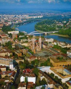 Die südungarische Stadt Szeged an der Theiß, in der Mitte die Votivkirche.