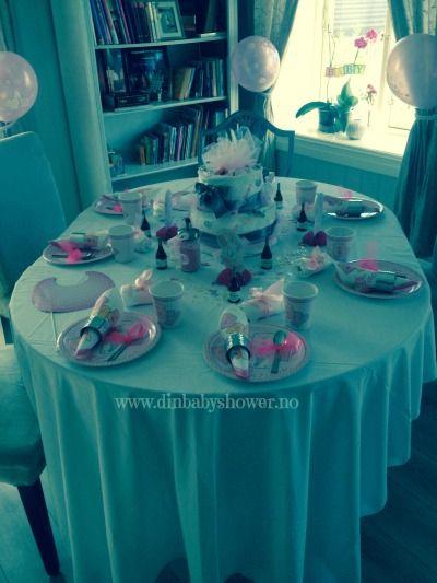 Inspirasjon til hvordan man kan pynte baby shower bordet, finner du hos www.dinbabyshower.no