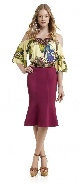 blusa com bordado no decote manga flare e cigana alcinha, cinto com pedraria, saia midi tulipa cintura alta, sandália anabela