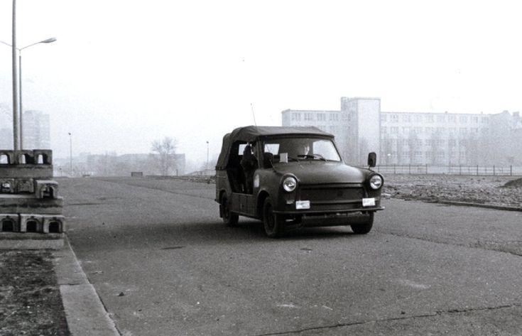 """Eine der Letzten Streifen der """"Grenztruppen der DDR"""" auf der Schillingbrücke, Frühjahr 1990. Der Beobachtungsturm """"Schillingbrücke"""" - s.g. Postenpunkt 86 ist bereits abgerissen."""