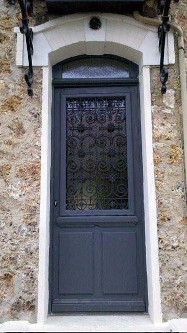 PORTE D'ENTREE vitrée avec ferronerie.  Chiffrez votre projet sur http://www.avantages-habitat.com/travaux-fenetre-et-menuiserie-71.html