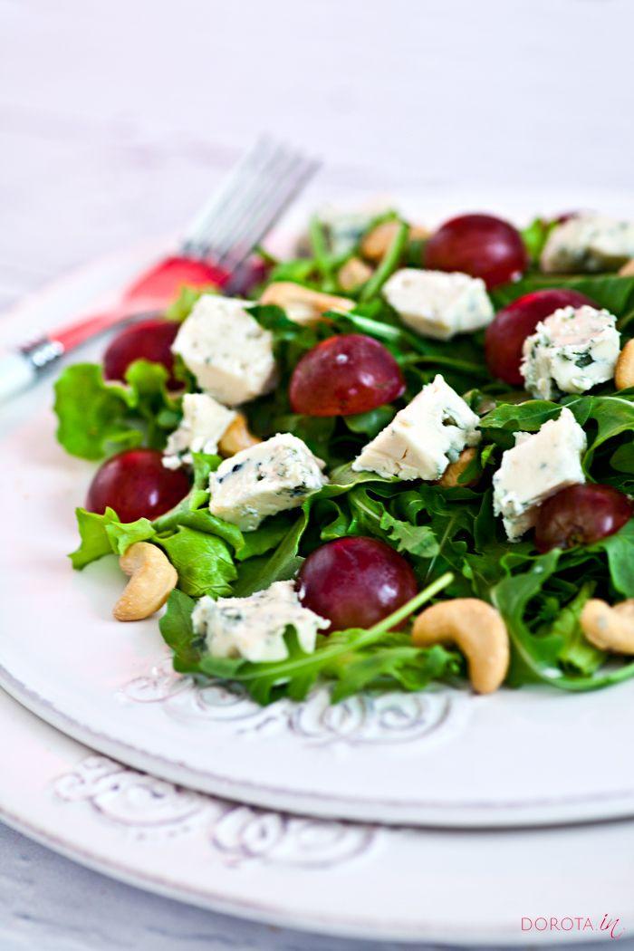 #przepis na #salatka z serem pleśniowym. Prosta, szybka, smaczna i zdrowa sałatka z winogronami i orzechami oraz serem pleśniowym.  http://DOROTA.iN/salatka-z-serem-plesniowym/  #kuchnia