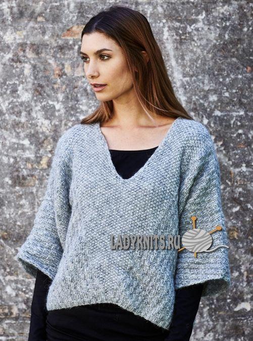 Вязаный спицами стильный свитер-пончо