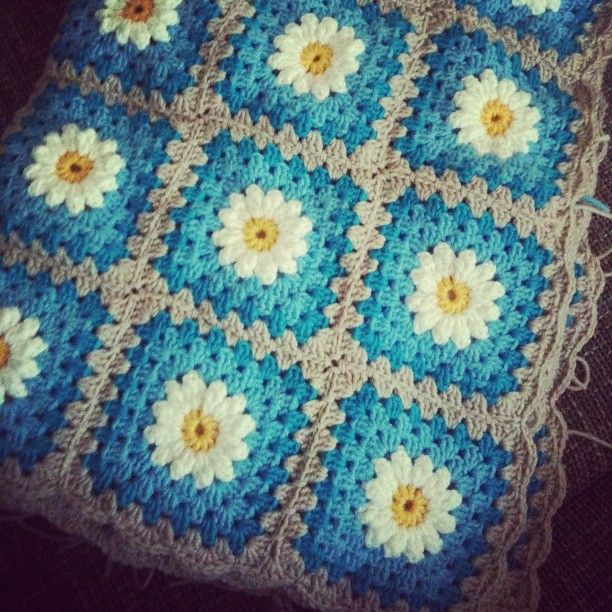 fertig jupiii..jetzt nur noch millionen fäden vernähen u dann kuscheln...#crochet #daisypattern #kuscheldecke #startneuerprojekte - @meliha_sweettimes- #webstagram