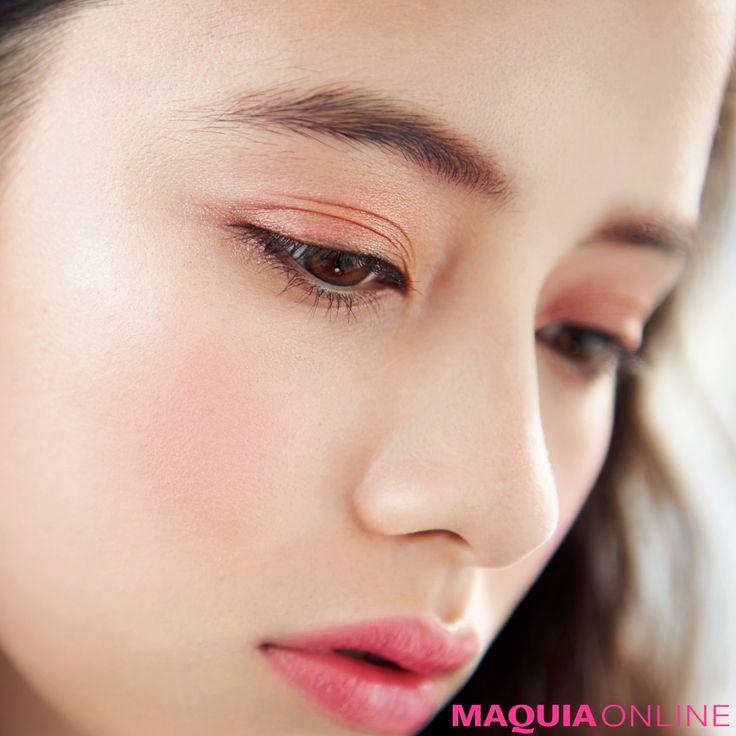 """まぶたを染める恋色ピンク「今春のアイメイクは""""大人のピンク""""が ... 今、なぜ""""大人のピンク""""がグッとくる?"""