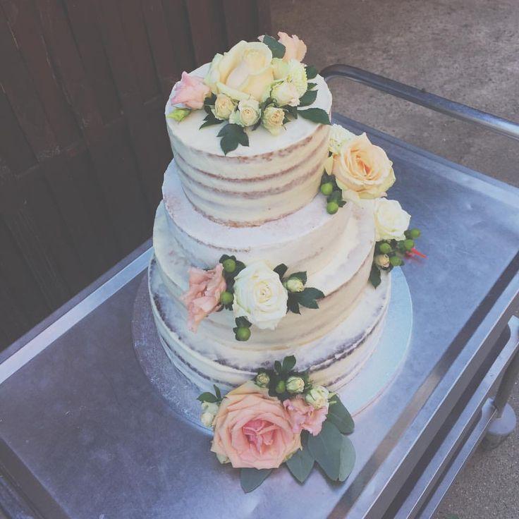 """55 kedvelés, 2 hozzászólás – Fanni Bisztriczky (@bfanni) Instagram-hozzászólása: """"Édes szombatok 💒💍🍾🍰🌸 #zsúrkocsin . . . #menyasszonyitorta #esküvő #esküvőitorta #torta…"""""""