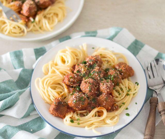 Het LEKKERSTE recept voor spaghetti met gehaktballetjes. Deze Italiaanse klassieker zet je eenvoudig op tafel en is zo lekker!