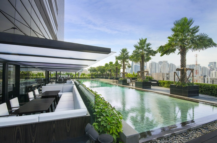 The lounging at Holiday Inn Bangkok Sukhumvit 22 - Outdoor Lap Pool and outdoor sofa seatings