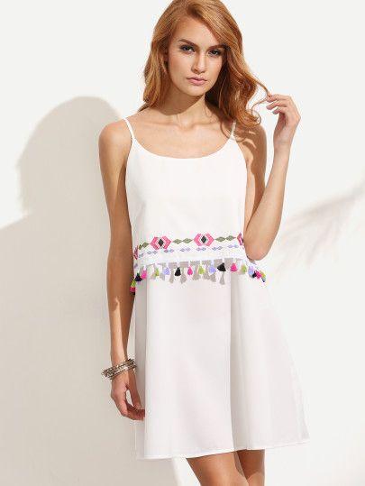 Белое платье с вышивкой с бахромой