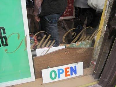 Nelly Duff, loja. Especializada em street art, dá até para comprar um Banksy legítimo lá. Na rua do mercado das flores, East London.