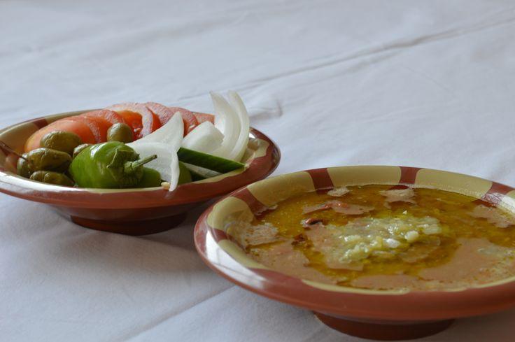 Le foul medames (fève des marais ou faverole) est un plat très populaire consommé notamment au Moyen-Orient pour... le petit déjeuner! Au moins aussi riche que le croissant au beurre, il aura, lui, l'intérêt de rassasier votre estomac pour une bonne partie...