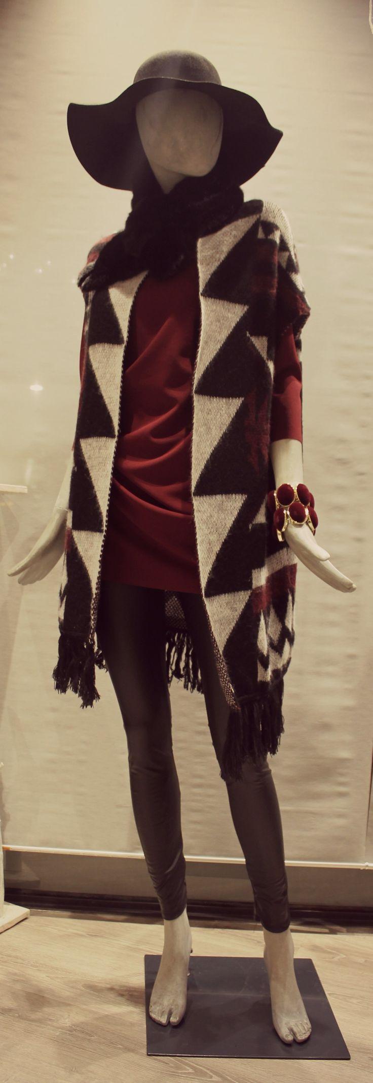 Cardigan smanicato con fantasia geometrica. #White #moda #cardigan #geometrie #fashion #winter2015 #style #look #outfit #abbigliamento #arzignano