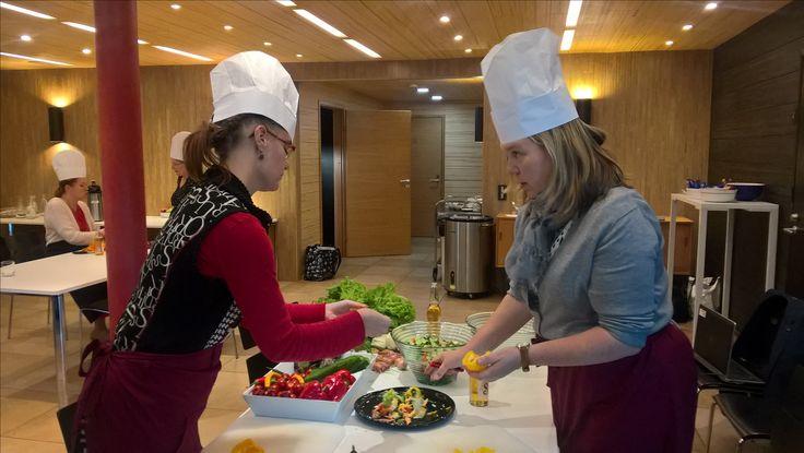 Salaatti valmistuu