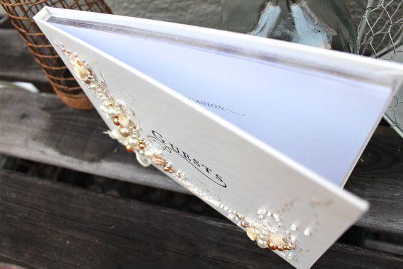 Hermosa boda libro de visitas, mano decorado con un original diseño con rosas de tela, arcos y perlas en marfil, champán y oro. Es una gran manera de agradablemente sorprende a tus invitados en la recepción de la boda. También es un regalo de despedida de soltera perfecta! Usted puede elegir:    Gran libro con un lápiz había unido, 11 x 10, 50 páginas con 15 líneas cada uno.    O libro pequeño con ninguna pluma, 8.5 x 6, 50 páginas con 6 lineas en cada uno. Encargo de la boda libro de…
