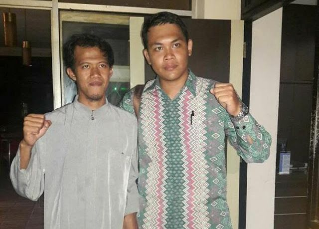 Fakta Nurul Fahmi yang terbelit 'merah putih ber-Tauhid'  Nurul Fahmi (kiri) bersama pengacaranya  Ditangkapnya Nurul Fahmi alias NF karena membuat tulisan Tauhid di latar bendera merah-putih mengundang respon simpati dari kalangan Islamis. Berbagai info tentang kasus ini coba dikumpulkan oleh aktivis Islam. Salah satunya adalah Irfan Noviandana yang kemarin ikut mendampingi tersangka di Polres Metro Jakarta Selatan. Berikut beberapa fakta terkait kasus NF yang diungkap Irfan: 1. NF…