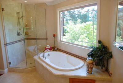 Στο μπάνιο δημιουργείται πολλήυγρασία και είναι φυσικό Αν μάλιστα το μπάνιο δεν έχει παράθυρο ή το παράθυρο βγάζει σε φωταγωγό, άστα να πάνε. Γενικά, ο κακός εξαερισμός βοηθάει στη δημιουργία υγρα...