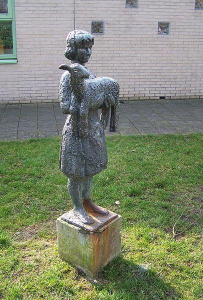 Kind met lam, Pieter d'Hont, 1960. Notebomenlaan Utrecht (foto: Brbbl)