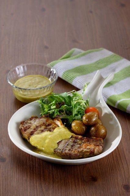 Anda harus mencoba sirloin steak with opor sauce yang telah kami resepkan sebagai berikut.