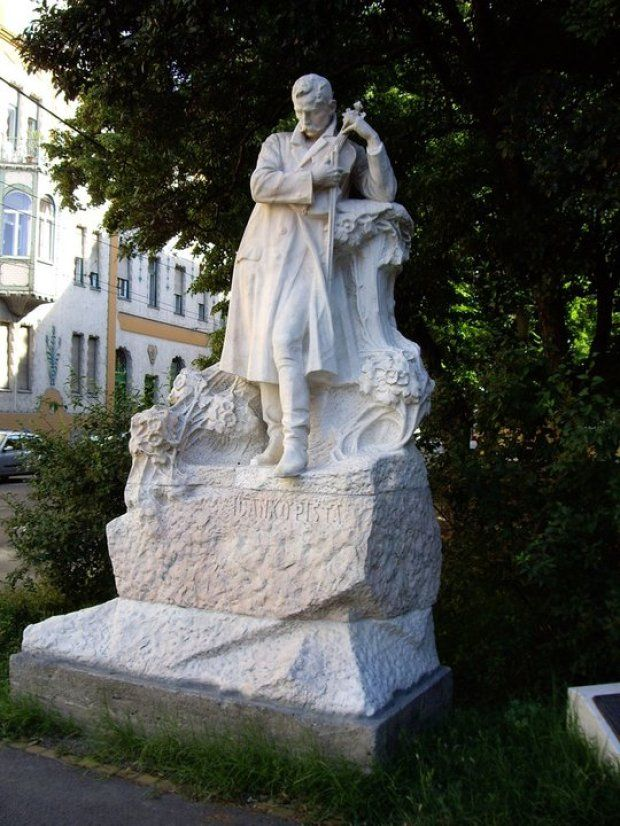 """The famous statue """"Dankó Pista"""", which according to legend, the Gypsies Szeged, sometimes breaking off the fiddlestick, because he married a Hungarian girl. - Szeged, Hungary"""