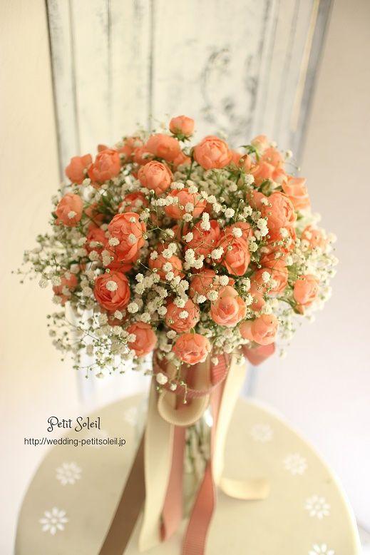 コーラルピンクのバラとかすみ草のブーケ*ピンクともオレンジともつかない様なコーラルピンク色のバラとかすみ草のクラッチブーケ