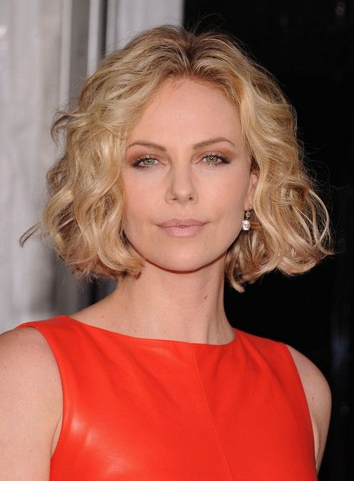 Chic center part short hairstyle for women over 30: soft curly bob! With an ultra-trendy center parting and those face-framing waves, Charlize looks incredibly beautiful! The layers are long and mostly the same length, with some pretty shorter tresses adding volume around the forehead. Long layers are easy to style in defined, loose waves that …
