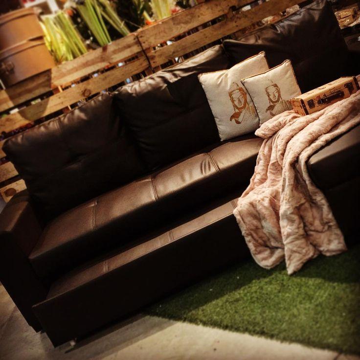 La mejor manera de empezar un lunes es con una presentación ....GIANNI es el nombre de nuestra Chaiss cama con arcón ¿que más se puede pedir? ¿Qué puedas cambiar la Chaiss según te apetezca? Pues también se puede...¡todo por muy poco! #mandarinahome #mandarina #sofa #gianni #sofacama #chaisscama #decoracion #regalo #mueble #acierto #todoenuno #manta #buda #resistente #perfecto #exito