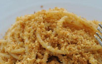 Bucatini con la mollica - Ecco per voi la ricetta golosa per preparare i bucatini con la mollica della cucina calabrese, un primo buonissimo, facile e soprattutto velocissimo.