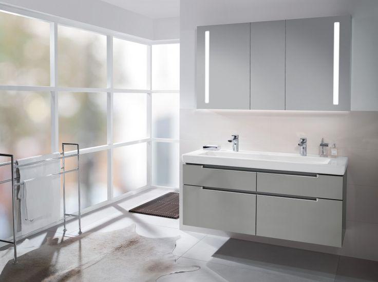 Kolekcja mebli łazienkowych Subway 2.0  w udany sposób łączy styl i funkcjonalność. Każda z szafek zaopatrzona została w dwie wysuwane szuflady. Na zdjęciu w odcieniu Glossy Grey. Od ok. 6.897 zł. Villeroy&Boch.