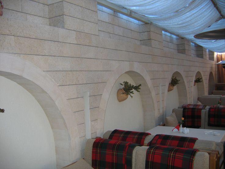 Внутренний интерьер стен из РДн с плиточными арками из ПС