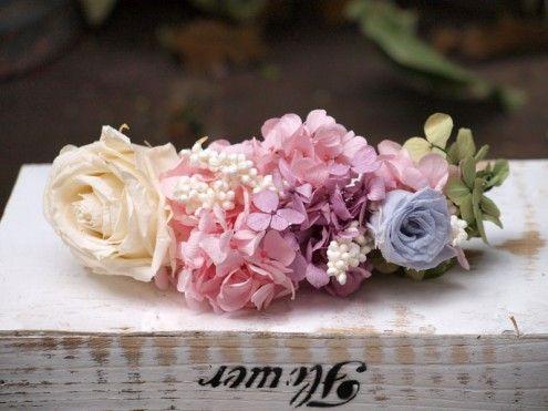 Tocado floral de hortensias y rosas preservadas