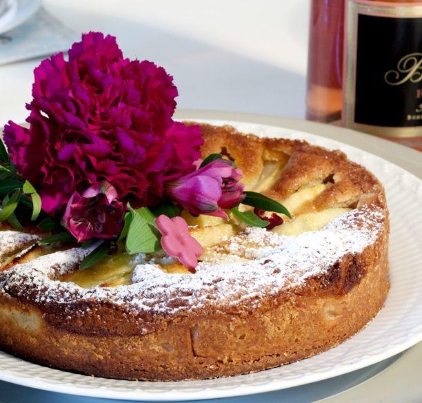 Lækker æbletærte, der helt sikkert vil vække begejstring hos dine gæster. Pynt din æbletærte med blomster og den vil pryde tebordet.