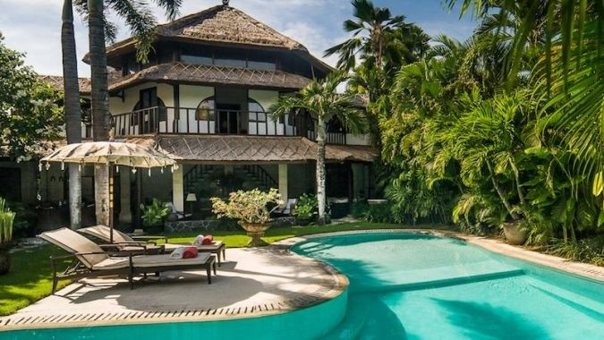 Villa Oberoi 043 - The 3 bedroom Bali private villa is a heavenly oasis in the heart of Seminyak with a style, which is increasingly harder to find and distinctively different from the array of common ultra modern villas. www.balichicvilla.com/en/holiday-rental/villa-oberoi-043.html#