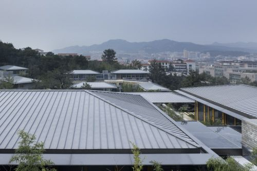 Huancui Clubhouse, Weihai, Shandong (China) by HUA Li / TAO (Trace Architecture Office)  Contractor : Ferblanterie Thononaise, Copyright : YAO Li  #QuartzZinc #StandingSeam #China #PublicBuilding #Roof #Roofing #Zinc #VMZINC #Architecture #Project